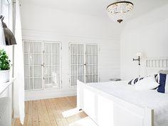 Inbyggda garderober av gamla fönster i sovrummet - Sofias Inredning