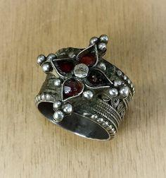 ▲▼▲▼▲▼▲▼▲▼▲▼▲▼▲▼▲▼▲▼▲▼▲▼▲▼▲▼▲▼▲▼▲▼▲▼  Espléndido anillo de celebración antigua usada por las mujeres de Rajastán (norte de la India) y Pakistán. Decorado con vidrio rojo oscuro, pátina, en muy buen estado. Pieza rara!  Anillo: 18 mm = tamaño francés 57 = tamaño U.S. 8 Peso: 9 gr  VER MÁS ANILLOS: https://www.etsy.com/fr/shop/AnticsEthnics?section_id=14963696&ref=shopsection_leftnav_1  ▲▼▲▼ PARA FRANCIA METROPOLITANA ENTREGA GRATIS! ▲▼▲▼  Su sat...