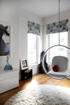 silla transparente colgante   Columpios y sillas colgantes para el jardín – 50 ideas