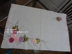 LOY HANDCRAFTS, TOWELS EMBROYDERED WITH SATIN RIBBON ROSES: Tapete bordado com flores de fitas em cetim.