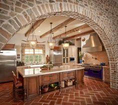 Mediterrán stílusú konyha - téglafal, boltív, gerendák, terrakotta padlólap