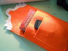 Во второй части продолжим шить нашу сумочку с мордочкой лисы. Часть 1 здесь>> Самое сложное сшили, осталось совсем ничего... Теперь нужно сшить нашей сумке ручку. Отрезаем от репсовой ленты 8 см 2 раза. Вставляем в полукольца, складываем пополам и сметываем.