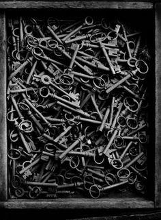 Galerie VU - Christer Strömholm series Keys in a box, Paris, 1949
