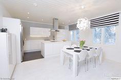 keittiö,valkoinen,moderni,liesituuletin,verhot,ruokapöytä,design,ruokailuryhmä,valaisin,valoisa,avara,minimalistinen,valkoinen sisustus,led-valot