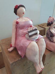 Dikke dames kleien les Paper Mache Diy, Paper Mache Sculpture, Pottery Sculpture, Sculpture Art, Clay Art Projects, Clay Crafts, Sculpting Tutorials, Plus Size Art, Fat Art