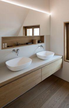 Blanco y madera combinación para baños modernos
