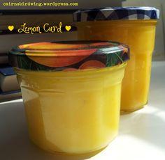 Oma Lisas Zitronenmarmelade - Lemon Curd  Zutaten:      4 ungspritzte Zitronen     4 Eier (ich benutze immer Größe L)     350g Zucker (die Meinungen gehen da in der Familie meines Mannes auseinander, manche sagen weniger ist mehr, aber bei uns kommt die volle Menge rein – einfach himmlisch!)     125g Butter (oder Magarine)