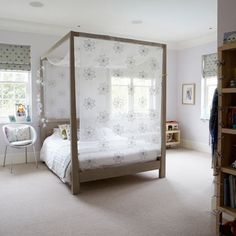 Wooden Four Poster Bedroom Design With Flower Themed Curtain  And Cream Flooring And Wooden Furniture With Retro And Modern Style: Modern Fo...