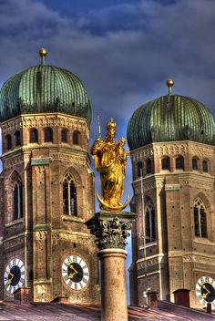 Marienseule with towers of the Frauenkirche, Marienplatz, Munich, Germany