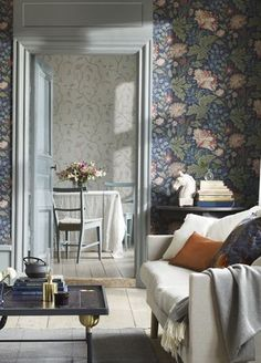 42 Ideas for floral wallpaper bedroom modern interiors Living Room Interior, Living Room Decor, Living Spaces, Casas Magnolia, Interior Wallpaper, Bedroom Wallpaper, Wallpaper Pic, Blue Floral Wallpaper, Flower Wallpaper