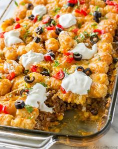 This Tater Taco Casserole is a Mexican mixture of taco meat, beans, corn, and cheese topped with tater tots and enchilada sauce. The family will love it. This Tater Taco Casserole is a dish that the Tater Tot Recipes, Taco Caserole Recipes, Quesadillas, Pizza Quesadilla, Casserole Dishes, Tater Tot Taco Casserole, Tatertot Casserole Recipe, Tater Tot Nachos, Mexican Casserole