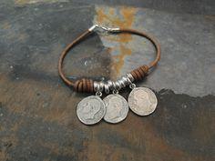 Pulsera de cuero con monedas de zamak. El cierre es de plata de ley.