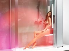 """Der Weg in den entspannenden Urlaub ist nur wenige Meter weit und führt Sie eigentlich """"nur"""" in Ihr schönes Bad. Dort ermöglicht Ihnen die PhysiothermINTENSE den Genuss einer 20- bis 30-minütigen wohltuenden Tiefenwärme-Behandlung. Ganz hygienisch in einer Glasdusche."""