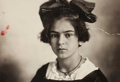 Frida Kahlo: Born in Mexican, self-taught artist. Married to artist Diego Rivera. Diego Rivera, Modern Indian Art, Famous Historical Figures, Frida And Diego, Frida Art, Mexican Artists, Rembrandt, Great Artists, Famous Artists