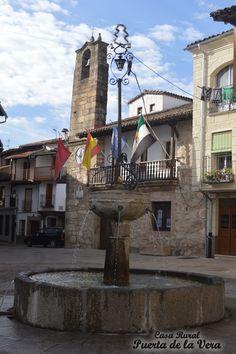 Ayuntamiento, plaza y fuente típica verata de Villanueva de la Vera el La Vera de Caceres en Extremadura. Madrigal de la Vera es el primer pueblo de la Comarca de la VEra qu han conservado la arquitectura tradicional. Perfecto para una excapada rural en el top rural de Extremadura.
