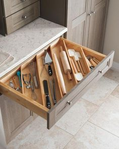 These ideas for DIY kitchen organization are brilliant! - HOME & DIY - k .These ideas for DIY kitchen organization are brilliant! - HOME & DIY - kitchen cabinetsClever Kitchen Storage Ideas. Diy Kitchen Storage, Kitchen Cabinet Organization, Home Organization, Decorating Kitchen, Cabinet Ideas, Kitchen Island Storage, Kitchen Drawer Dividers, Kitchen Cabinet Drawers, Cabinet Space