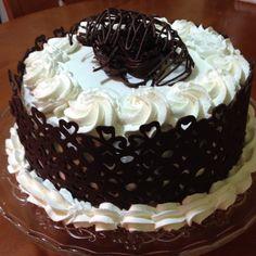 Torta decorata con cioccolato fondente