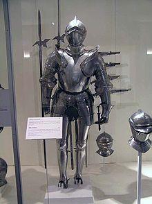 Armure de Pierre Terrail de Bayard : musée de l'Armée (Paris)- Lors de sa 2° campagne d'Italie, il est fait prisonnier (fév 1500) en poursuivant l'ennemi  dans Milan, le duc Ludovic Sforza lui rend sa liberté en hommage à sa témérité. Il suit Louis XII à Naples et, en oct 1505, il s'illustre en défendant seul un pont sur le Garigliano contre 200 Espagnols; En 1507, il participe à l'expédition contre Gênes puis jusqu'en 1512 aux différentes campagnes d'Italie en faisant preuve d'un grand…