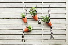 Frische #Kräuter aus dem eigenen #Garten bescheren uns das schönste #Sommergefühl. Und jetzt bekommen sie sogar ein kleines Upgrade: Mit unserem Do-it-yourself Kräutergarten präsentieren Sie Basilikum, Thymian und Co. auf eine ganz charmante Weise – nämlich vertikal.