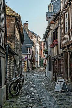 Honfleur: Rue des Lingots   Normandie, France