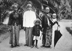 Groepsportret van Javaanse volwassenen en kinderen, 1903. Stichting Surinaams Museum, Paramaribo (inv. nr. 73A-257). Klik foto voor website met meer mooie en informatieve historische foto´s.