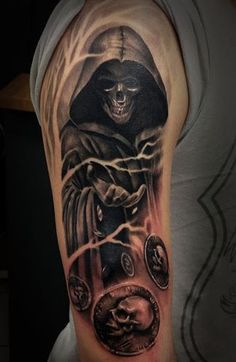 Um misterioso Grim Reaper tatuagem. A morte parece estar jogando moedas com caveiras. Parece ser significando que a reaper é jogar desejos de morte para as almas que ele está prestes a tomar.: