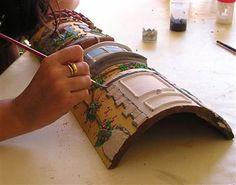 Risultati immagini per tejas decoradas cocinas Paper Mache Crafts, Clay Pot Crafts, Miniature Crafts, Miniature Houses, Diy Clay, Clay Roof Tiles, Pottery Houses, Doll House Crafts, Tile Crafts