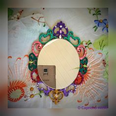 Mini Espelhinho de estilo veneziano, para composições na decoração de paredes. Decora e encanta juntamente com outros do mesmo estilo.