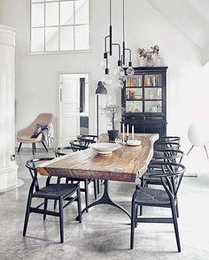 Vi siger JA JA JA til denne spisestue!  På vores site har vi skrevet en hel artikel om dette flotte hus, hvor du bl.a. kan få tips til, hvordan man indretter i store rum, hvor der er meget højt til loftet. Se de utrolige billeder ved at klikke på link i bio. #boligmagasinet #indretning #bolig