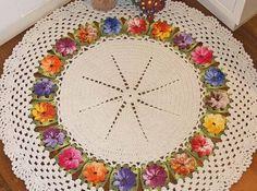 tapetes de barbante-redondo-com-flores-em-croche