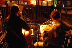 Mulligans    Un pub irlandais traditionnel qui sera vous conquérir par son ambiance typique et le charme de son décor! Ce pub se distingue par la diversité de ses soirées, allant du quizz aux mini-concerts « les Pub Song », qui sont des karaokés mais avec de vrais musiciens !