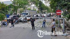 BREAKING NEWS, Truk Tabrak Kabel Listrik hingga Tiang PJU Patah, Jalan Kendangsari Surabaya Macet Surabaya, Street View
