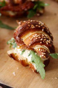 Mini #croissants façon bretzel au philadelphia et aux tomates séchées #food