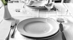 I consigli su come apparecchiare la tavola secondo il galateo. Chissà se lo smartphone si mette a destra o a sinistra del piatto!