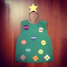 #MiniEzús ya tiene listo su #disfraz para la fiesta de mañana en la guarde. ¡Este año va de #Árbol de #Navidad! Y con bolas de quita y pon para que las coloque donde él quiera #ConEstasManitas #DIY #handmade #homemade #HechoAMano #Fieltro #Felt #costume #christmas #christmastree # Christmas Tree Costume Diy, Homemade Christmas Tree, Felt Christmas, Christmas Crafts, Nativity Costumes, Christmas Costumes, Preschool Christmas, Christmas Activities, Mini E
