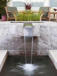 cascade de jardin en béton et métal et salon de jardin en bois