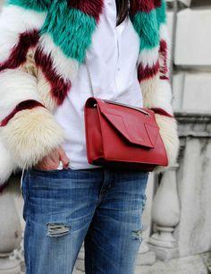 Bolso rojo con abrigo de piel multicolor en semana de la moda de Londres, otoño-invierno 2015.