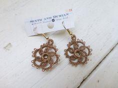Tatted kant oorbellen bruin oorbellen, vrouwen accessoires, vrouwen sieraden, Handgemaakte oorbellen, doorboord oren, de idee van de gift van de vrouwen