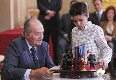Don Juan Carlos ha recibido, un año más, a los alumnos ganadores del concurso '¿Qué es un rey para ti?' en el Palacio de la Zarzuela #royals #royalty #king #spain