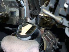Nach dem Vorderblatt muss die Hinterkappe gezwickt und mit Schusternägeln fixiert werden. Dies wird bei Damen- sowie bei Herrenschuhen maschinell durchgeführt.