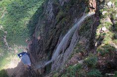 Chapada Diamantina – BA Com 152 hectares, o famoso Parque Nacional da Chapada Diamantina está localizada na Bahia, Brazil. e é acessível por terra a partir de Salvador ou Vitória da Conquista. Os viajantes que desejam descobrir a região podem se hospedar nas cidades de Lençois, Andaraí, Mucugê, Ibicoara e Palmeiras. O parque abriga diversas atrações entre lagos, grutas, mirantes e claro as cachoeiras. Uma das mais famosas da região é a Cachoeira da Fumaça com 380 metros de altura.