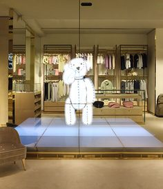 Interactive Video Wall at the Gucci flagship store Fashion Merchandising, Merchandising Displays, Interactive Installation, Interactive Design, Digital Retail, Retail Technology, Retail Architecture, Management Styles, Luxury Store