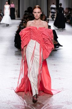 Givenchy Fall 2019 Couture Fashion Show - Vogue Style Haute Couture, Couture Trends, Couture Fashion, Collection Couture, Fashion Show Collection, Givenchy, Fashion Week, High Fashion, Fashion Looks