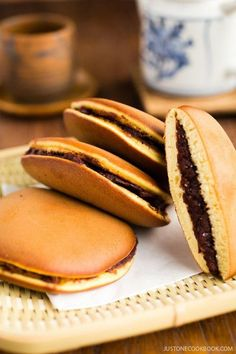 Dorayaki Recipe どら焼き - A classic Japanese confection, Dorayaki is made of honey pancake sandwich with sweet red bean filling. It's wildly popular amongst the children and adult alike in Japan. Easy Japanese Recipes, Japanese Snacks, Japanese Dishes, Japanese Sweets, Japanese Pancake, Japanese Street Food, Japanese Food Healthy, Japanese Sandwich, Japanese House