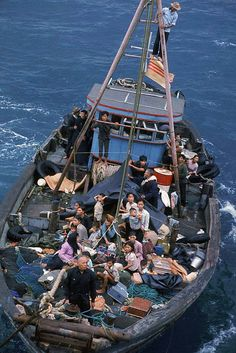 South Vietnamese refugees approach a U. war ship to seek refuge from the invading force from the North, April 1975 in the South China Sea near Saigon. Vietnam History, Vietnam War Photos, Vietnamese Boat People, Refugee Boat, North Vietnam, Saigon Vietnam, Indochine, American History, Boats