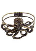 A bracelet you won't be able to pass up, the Antique Gold Octopus Cuff. It features a 2 x octopus and a closing cuff hinge so it won't slide off your wr Bracelet Antique, Antique Jewelry, Gothic Jewelry, Moda Natural, Octopus Jewelry, Octopus Ring, Animal Jewelry, Fashion Jewelry, Women Jewelry