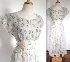 Jahrgang 1950 schiere weiß und Eierschale blau Atomic print Tag Kleid!! Ziemlich Druck und klassische Sanduhr-Form mit voller Rock und