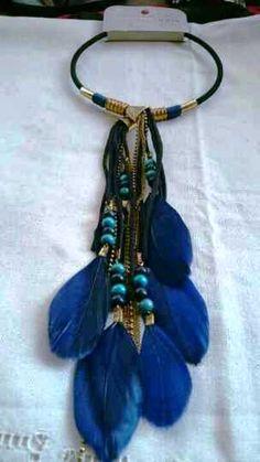 10,50€ ¿Te gustaría un collar de diseño y con estilo para esta temporada?  Tenemos lo que buscas, collar largo de plumas para mujer azul marino, collares de moda, modernos, originales y lo mejor de todo, baratos.