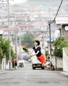 """Norika (@noricame2) diz na sua conta do Instagram: """"Comecei a tirar fotos flutuantes porque era fã de Natsumi Hayashi."""" Em seu trabalho, ela própria parece estar flutuando em vários locais pela cidade. As fotos dão uma sensação de inércia, que fazem parecer que ela está suspensa por fios. E ela não aparenta nenhuma emoção, como uma boneca. """"Pretendo contar histórias usando acessórios, como andar ao redor do bairro com um saco"""", diz ela. """"Ao invés de saltar, parece que estou voando."""" Foto de…"""