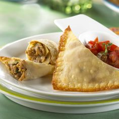 Crumble and Potato Empanadas - Wonton wrappers eliminate the need to prepare and roll out classic empanada dough for these savory pastries, filled with potato, onion and MorningStar Farms® recipe crumbles. Veg Recipes, Mexican Food Recipes, Vegetarian Recipes, Empanadas Vegetarian, Summer Recipes, Healthy Recipes, Morning Star Crumbles Recipe, Empanadas Recipe, Beef Empanadas